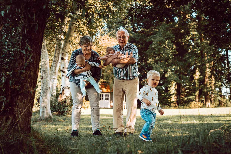 op de foto met opa en oma